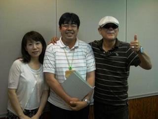 広瀬隆さん(右)と。三重県広聴広報室の伊藤さんとセンター職員